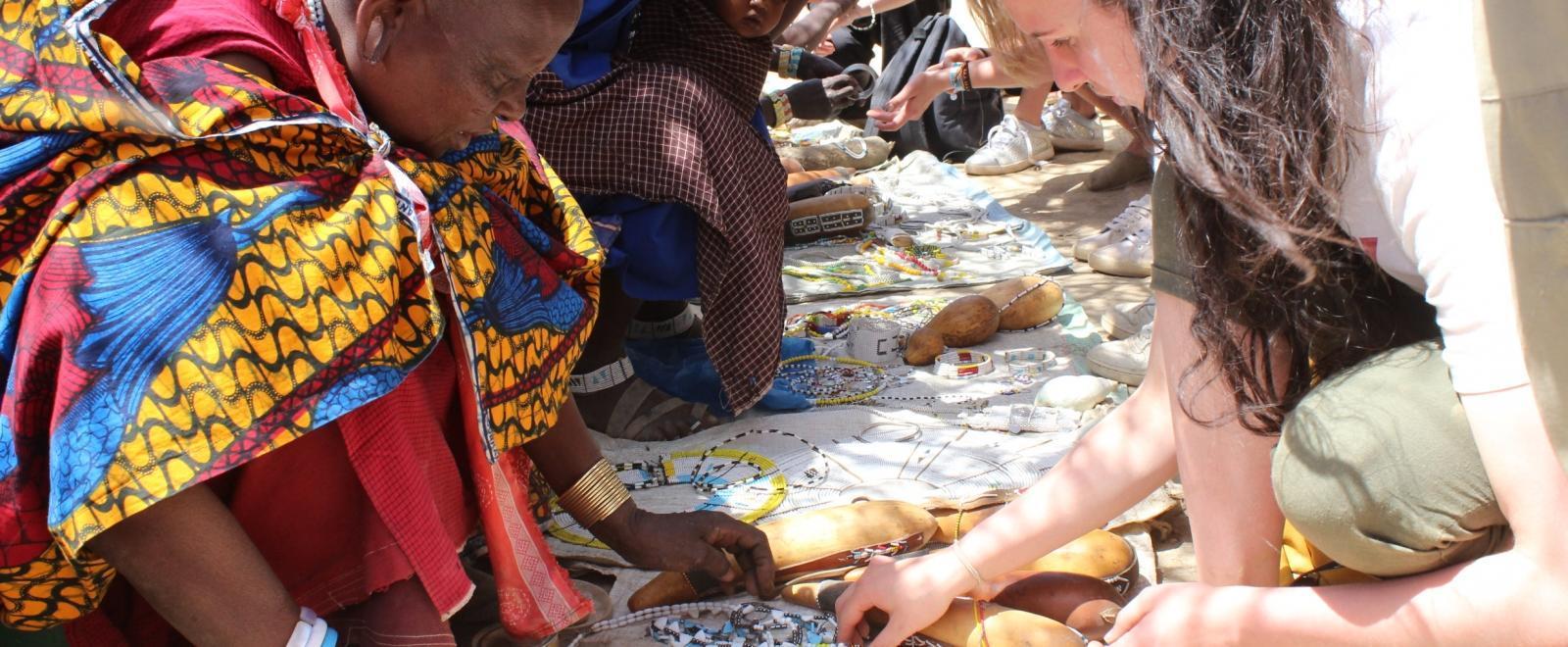 Voluntaria en una comunidad masái en uno de nuestros programas de intercambio cultural en Tanzania